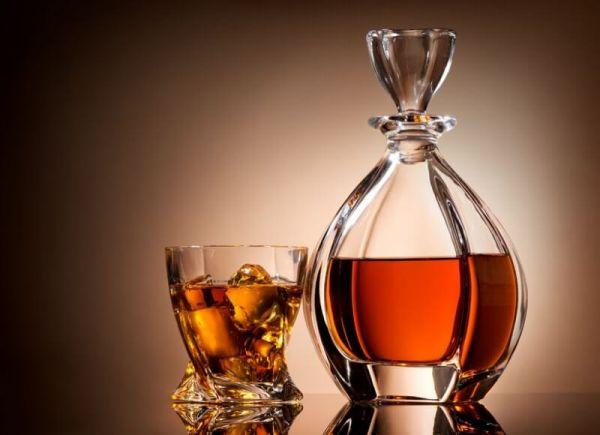 stylische-whisky-flasche